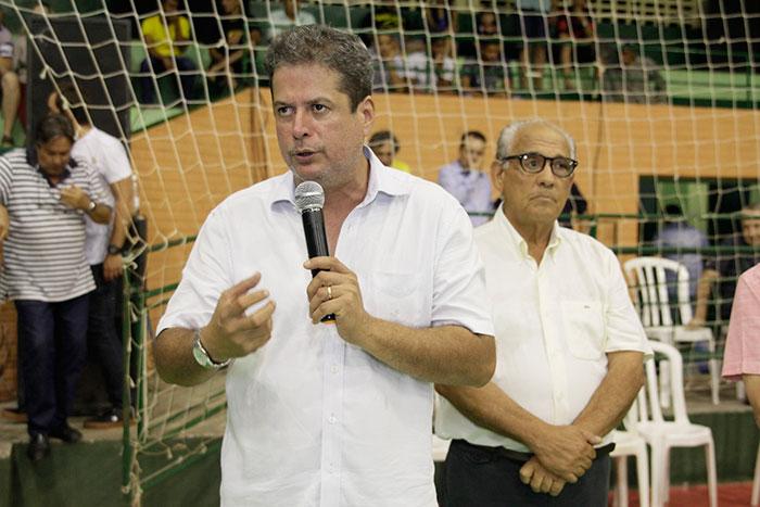 Abelardo Vaz discursa na abertura da maratona de Inhumas